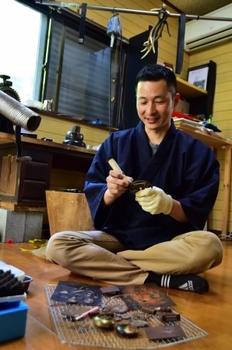 稲田さんの後ろには鹿の角が。これも象嵌を作る道具だ.JPG