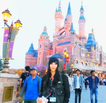 上海ディズニーで楽しむ本堂さん.JPG