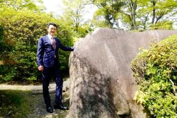 黄文清社長と神様の石.JPG